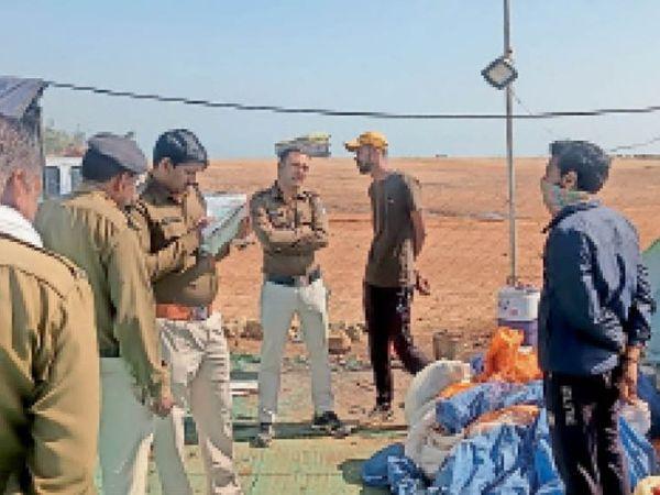 बयान दर्ज करते पुलिसकर्मी। - Dainik Bhaskar