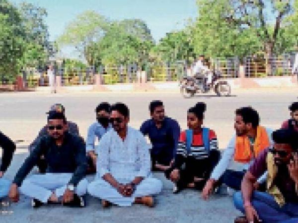 हरसूद रोड पर कॉलेज के सामने धरना देते अभाविप के पदाधिकारी। - Dainik Bhaskar