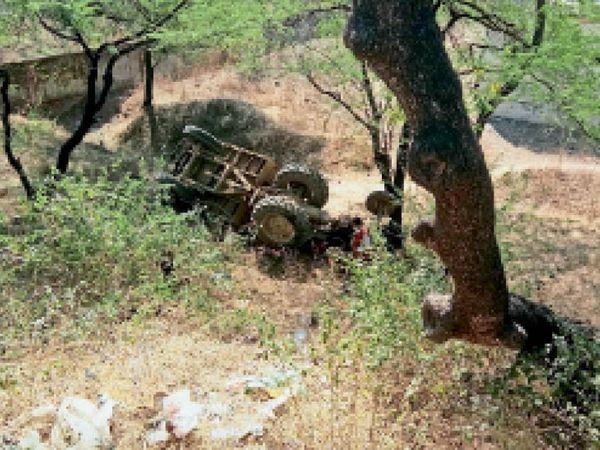 सागोद रोड पुलिया के नीचे गिरी ट्रैक्टर ट्राली। - Dainik Bhaskar