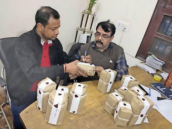 देसी घी के सैंपल लेते अधिकारी - Dainik Bhaskar
