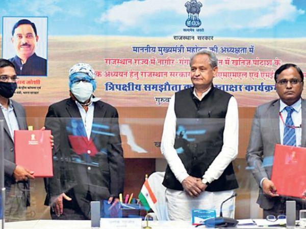 केंद्र और राज्य के बीच त्रिपक्षीय करार पर हस्ताक्षर के दौरान मुख्यमंत्री गहलोत। - Dainik Bhaskar