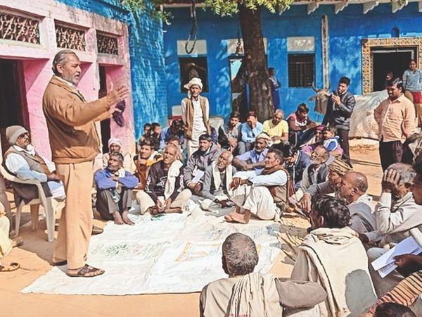 किसान सभा के जिलाध्यक्ष चौपाल में किसानों को जागरूक करते हुए। - Dainik Bhaskar