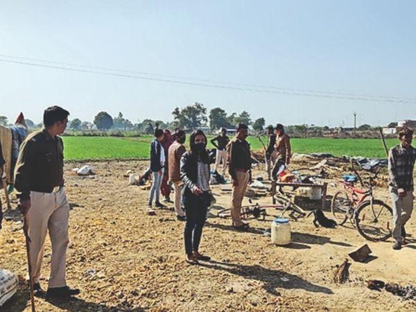 कंजर बस्ती में कार्रवाई करती प्रशासन और पुलिस की टीम। - Dainik Bhaskar