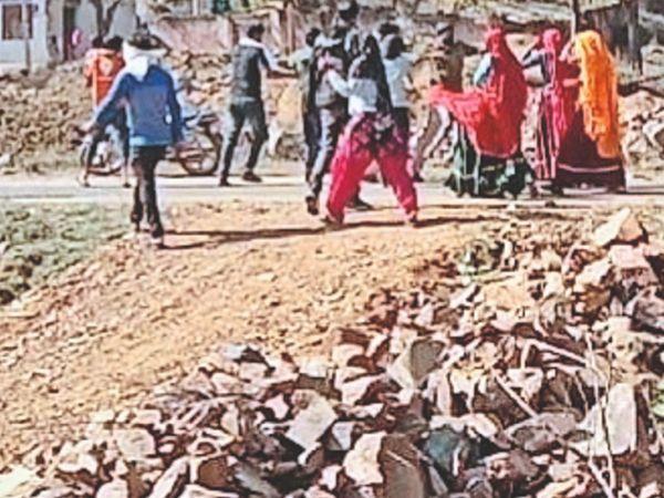 कार्रवाई के विरोध में पुलिस से उलझते लोग। - Dainik Bhaskar