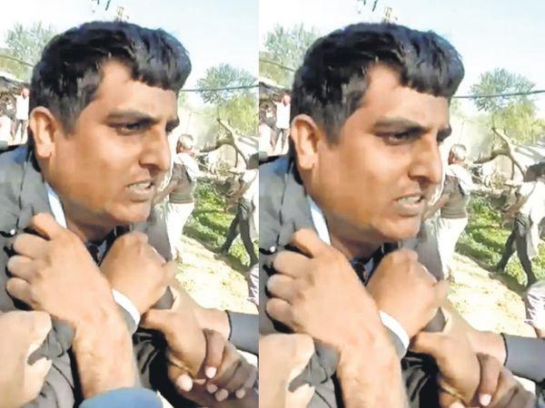 मानपुर की गोला ढाणी में बिजली कर्मचारी की गिरेबान पकड़कर मारपीट करते ग्रामीण। - Dainik Bhaskar