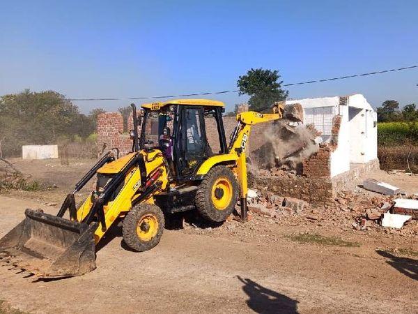 कार्रवाई के दौरान अवैध निर्माण को तोड़ा गया। - Dainik Bhaskar