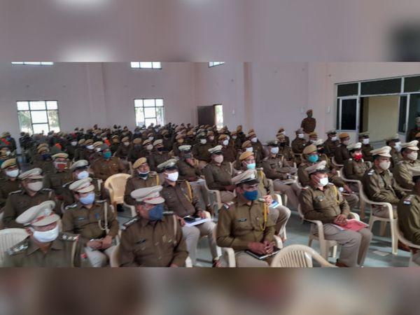 झुंझुनूं में आईजी जयपुर रेंज हवा सिंह घुमरिया ने जिले के पुलिस अफसरों की बैठक ली। - Dainik Bhaskar