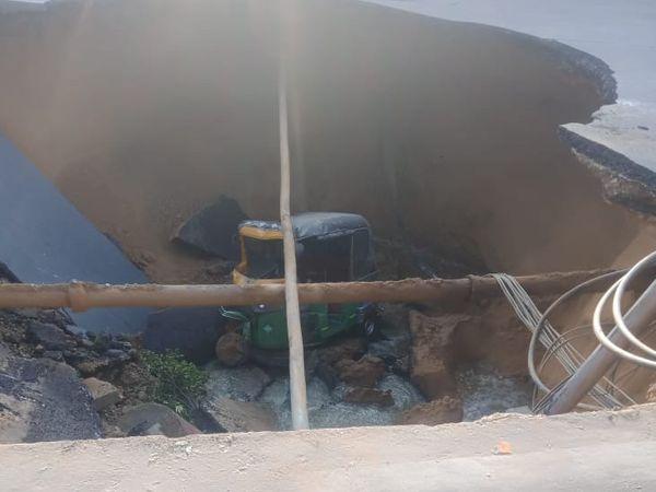 घटना की सूचना मिलने पर अशोक नगर थाना और दक्षिण पुलिस मौके पर पहुंची। इसके बाद क्रेन से ऑटो रिक्शा को बाहर निकाला गया।