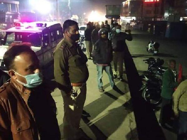 देर रात धरना स्थल पहुंची पुलिस ने प्रदर्शन कर रहे किसानों को मौके से हटा दिया। - Dainik Bhaskar