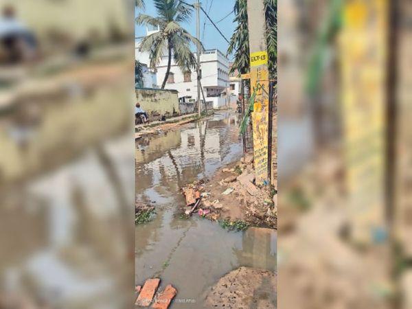 माड़ीपुर इलाके में जलजमाव। - Dainik Bhaskar