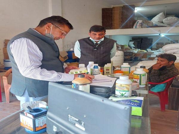 कार्यवाही करते हुए अधिकारी - Dainik Bhaskar