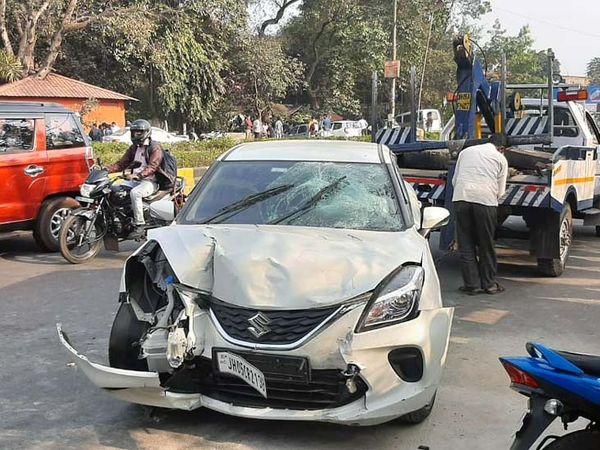 हादसे में क्षतिग्रस्त कार। स्थानीय लोगों के अनुसार कार चालक नशे की हालत में था। - Dainik Bhaskar