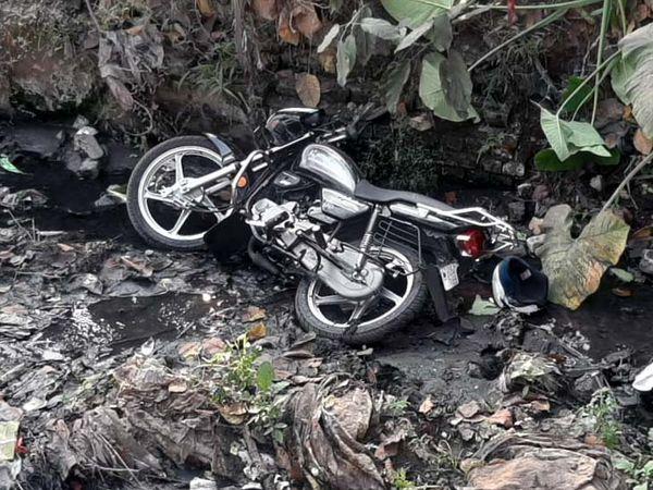 कार की टक्कर से बाइक नाले में जा गिरी।