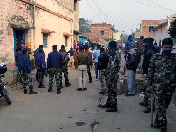 घटना पर जांच में जुटी पुलिस। - Dainik Bhaskar