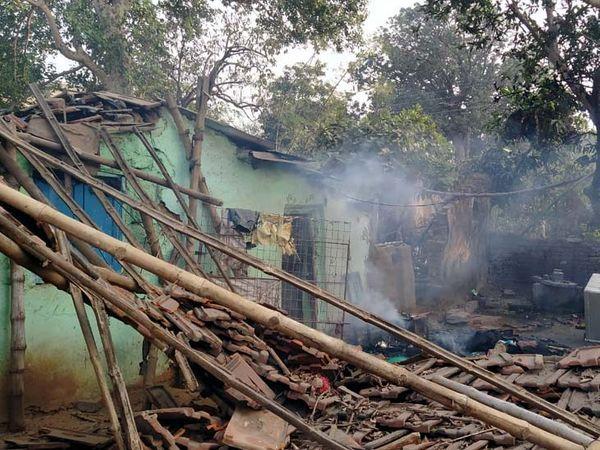 आक्रोशित ग्रामीणों ने आरोपी के घर में तोड़फोड़ की और उसे आग के हवाले कर दिया।