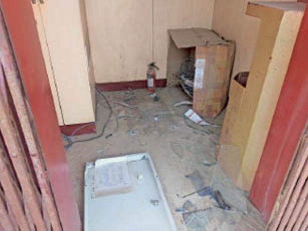 घटना स्थल पर पड़े एटीएम के उपकरण। - Dainik Bhaskar