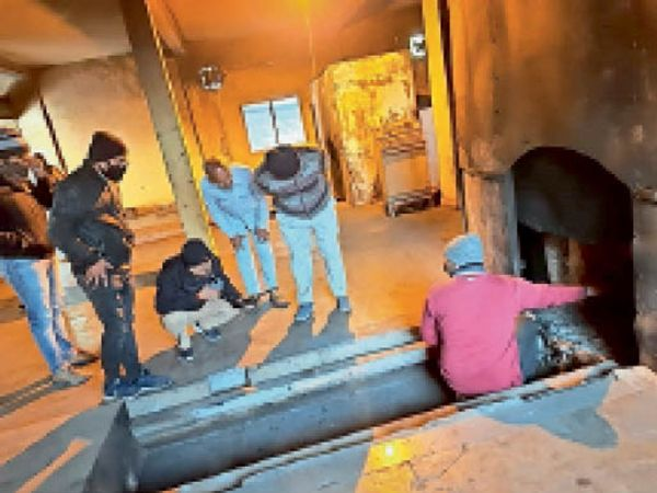 चक्रतीर्थ स्थित शवदाह गृह का निरीक्षण करते अधिकारी। - Dainik Bhaskar