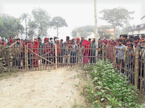 औराई के शाही मीनापुर गांव में महिला की गला रेत कर हत्या के बाद घटनास्थल पर जुटे लोग। - Dainik Bhaskar