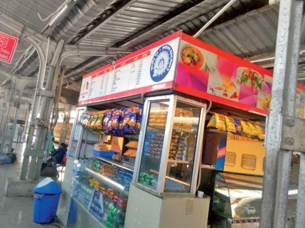 अधिकारी के आने का पता चलते ही रख लेते हैं जनता खाना के पैकेट। - Dainik Bhaskar