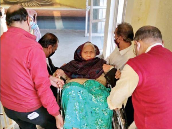 शुक्रवार को कोलार निवासी प्रभा सिंह (77) को उनके दामाद शिवराज 4 लोगों की मदद से व्हीलचेयर समेत उठाकर सीढ़ियों से रजिस्ट्री ऑफिस लेकर गए। - Dainik Bhaskar