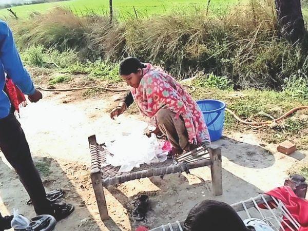 दबोह के बड़ागांव के हार में कंजर डेरे से कच्ची शराब खरीदता युवक। - Dainik Bhaskar