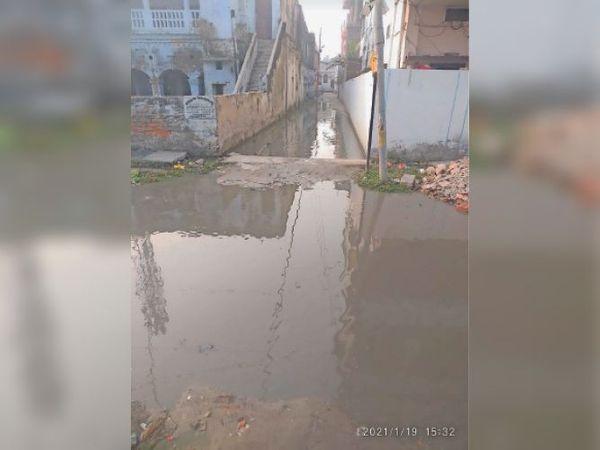 इसी गंदे पानी से होकर आते-जाते लोग। - Dainik Bhaskar