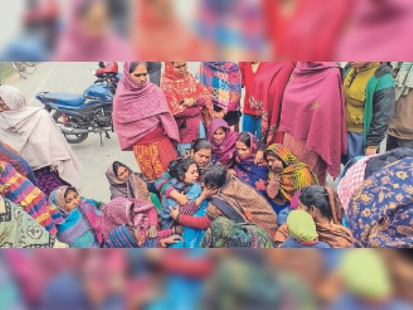 दुर्घटना में मौत के बाद घटनास्थल पर रोते-बिलखते परिजन। - Dainik Bhaskar