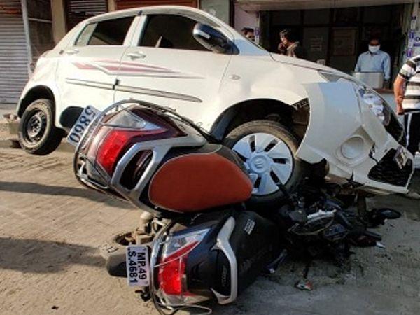 दो बाइकों पर चढ़ गई तेज रफ्तार कार - Dainik Bhaskar