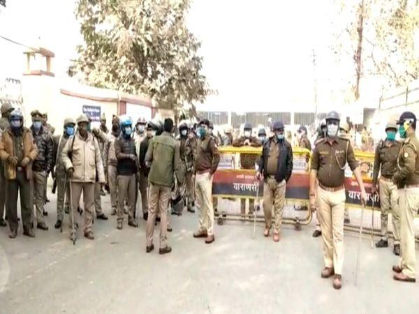 किसानों और कार्यकर्ताओं की भीड़ को देखकर भगवानपुर मार्ग को पुलिस द्वारा बंद किया गया था।