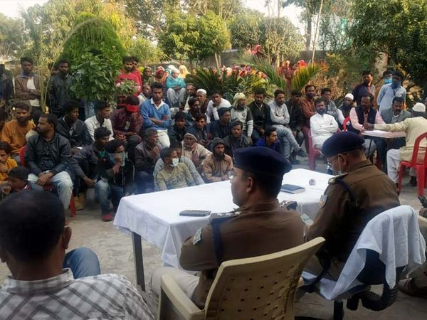 पिठौरिया थाना का घेराव कर रहे  लोगों ने पुलिस के प्रति आक्रोश जताते हुए अभिलंब आरोपियों को गिरफ्तार करने की मांग की। - Dainik Bhaskar