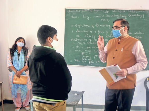 उदयपुर . कलेक्टर चेतन देवड़ा ने उदयपुर और मावली के सरकारी इंग्लिश मीडियम स्कूल के निरीक्षण के दौरान वे टीचर की तरह बच्चों को पढ़ाया। - Dainik Bhaskar