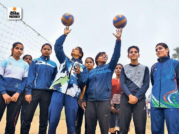 साेनवर्षा में बाॅलीबाॅल का अभ्यास करतीं बेटियां। - Dainik Bhaskar