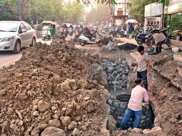 पलासिया से तिलक नगर मार्ग पर खुदाई कर फिर से ड्रेनेज लाइन को दुरुस्त किया जा रहा है। - Dainik Bhaskar
