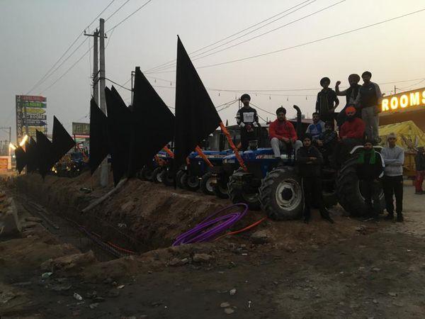 हरियाणा की तरफ से दिल्ली जा रहे कुछ ट्रैक्टरों पर काले झंडे लगे दिखाई दिए।