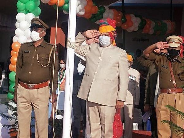 राज्यमंत्री ने परेड का निरीक्षण कर मार्च पास्ट की सलामी ली।