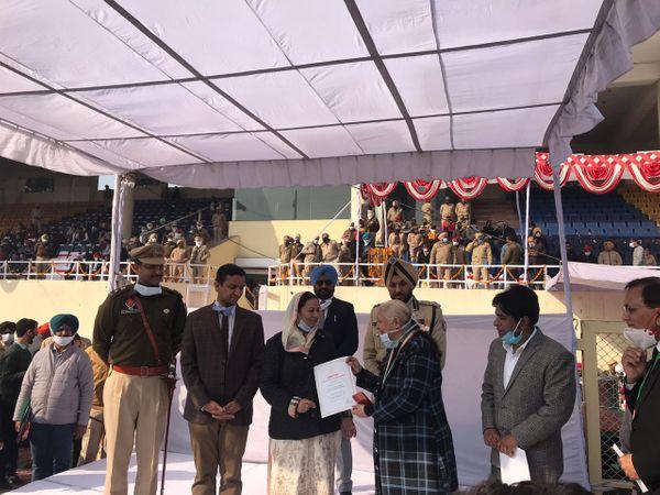 काेरोना वॉरियर रिटायर्ड सिविल सर्जन डॉ. गुरिंदर कौर चावला को सम्मानित करती मंत्री