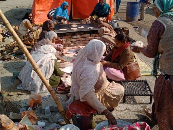 शाहजहांपुर बॉर्डर पर सुबह किसानों के लिए खाना तैयार किया गया।
