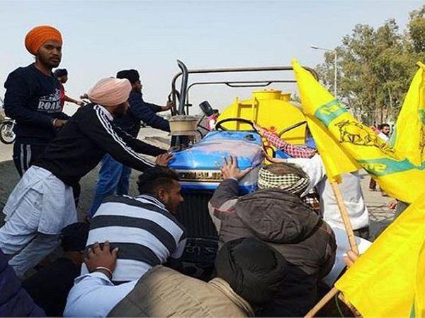 अमृतसर के वल्लां गांव में लोगों को कुचलने वाले ट्रैक्टर को हटाते लोग।