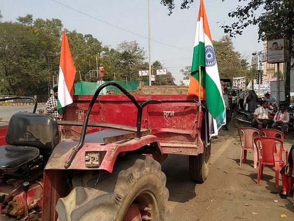 ये फोटो बिलासपुर का है। दोपहर डेढ़ बजे तक रैली के लिए सिर्फ दो ट्रैक्टर पहुंचे थे।