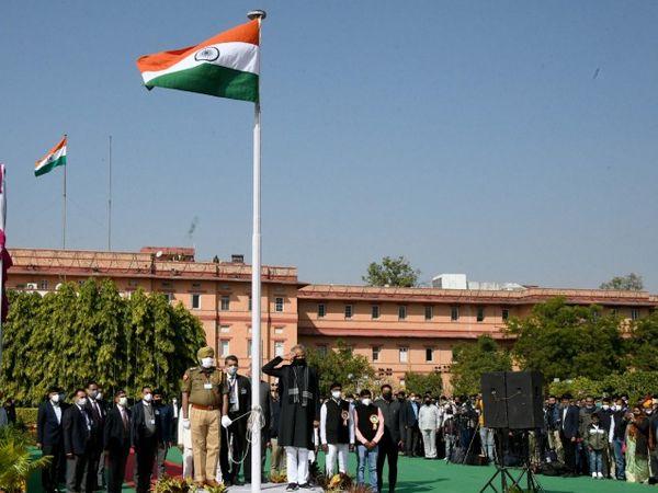 जयपुर में शासन सचिवालय में गणतंत्र दिवस के मौके पर झण्डारोहण करते मुख्यमंत्री अशोक गहलोत। - Dainik Bhaskar