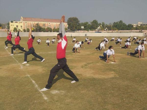 अजमेर के पटेल मैदान में जिला स्तरीय समारोह में योग की प्रस्तुति देते शारीरिक शिक्षक