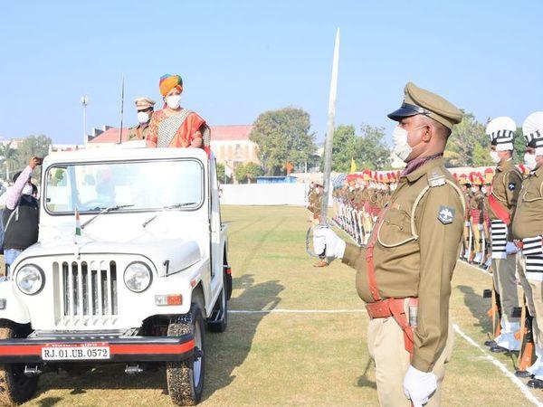 पटेल मैदान में झंडारोहण कर परेड का निरीक्षण करती सम्भागीय आयुक्त डॉ.वीणा प्रधान