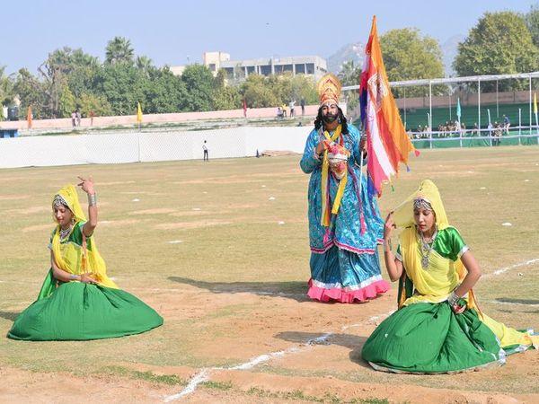 अजमेर के पटेल मैदान में जिला स्तरीय समारोह में डांस की प्रस्तुति देती शिक्षिकाएं