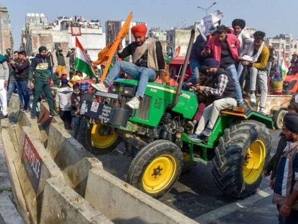 ये फोटो गाजियाबाद-दिल्ली बॉर्डर की है। किसान यहां बैरिकेड तोड़ते हुए आगे बढ़े।