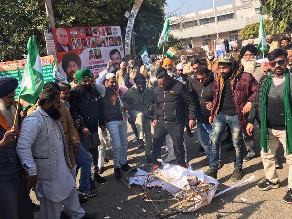 मंगलवार को जालंधर के डीसी ऑफिस के बाहर प्रधानमंत्री नरेंद्र मोदी का पुतला फूंकते किसान व अलग-अलग संगठनों के सदस्य। - Dainik Bhaskar