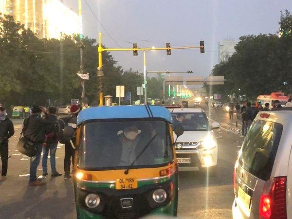 आईटीओ बवाल का मुख्य केंद्र रहा। देर शाम वहां आम लोग वाहनों से आते-जाते दिखे।