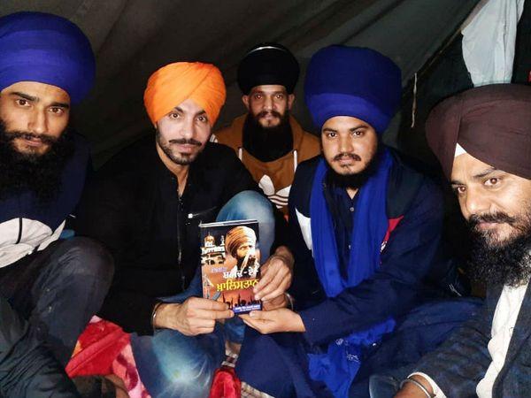 कुछ हफ्ते पहले सिंघु बॉर्डर पर हुए कार्यक्रम में शहीद-ए-खालिस्तान किताब बांटी गई थी ।