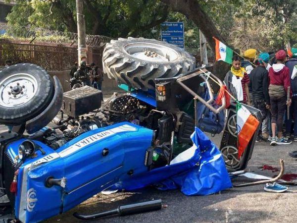 दिल्ली आईटीओ के पास बैरिकेड तोड़ने की कोशिश कर रहा एक ट्रैक्टर पलट गया।