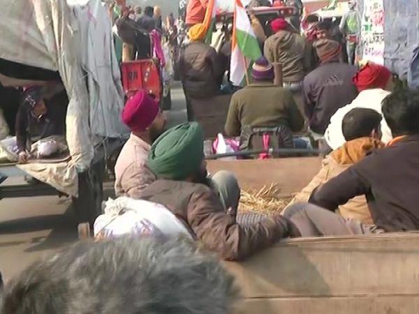 हरियाणा से दिल्ली की तरफ बढ़ रहे सभी ट्रैक्टर्स पर तिरंगा लगा था।