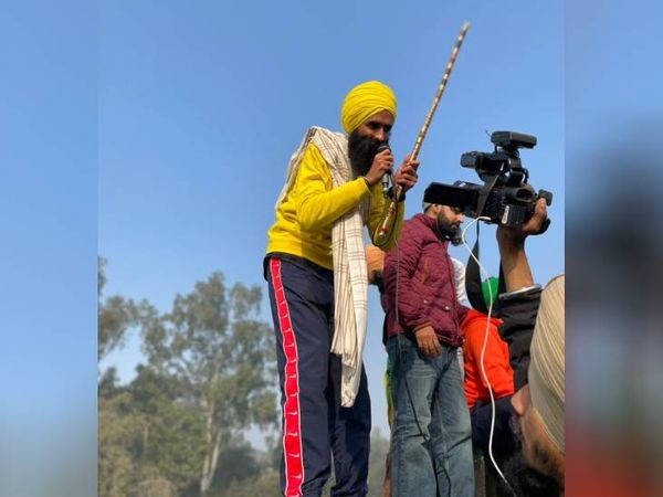 किसान आंदोलन के चर्चित गायक कंवर ग्रेवाल सिंघु बॉर्डर से किसानों के जत्थे के साथ रहे।